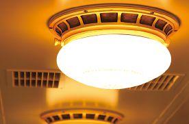 レトロ電車 : 天井の照明は、昔の電車に使われていた灯具を使用しました。